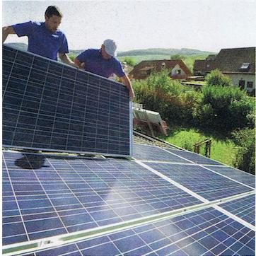 Instalando painéis fotovoltaicos no telhado de uma casa