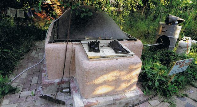 Uma pequena instalação de biogás ou gás metano, que transforma resíduos da pecuária em energia. The Mother Earth News, n.º 265, ag-set 2014, p. 56