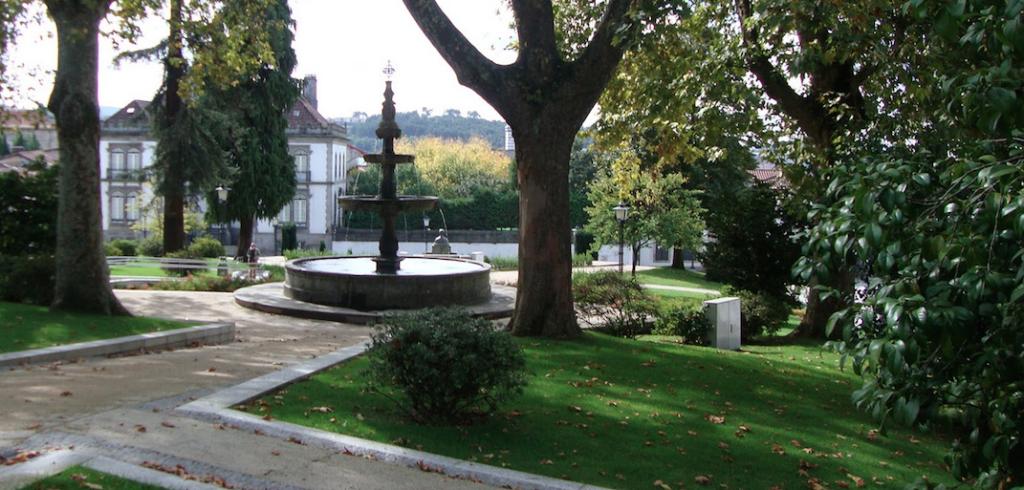 Um aspeto de Guimarães: jardim do Carmo