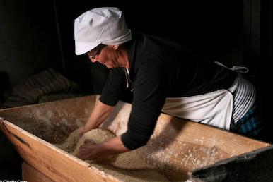 Amassando cusco, recurso gastronómico que remonta à ocupação árabe, em Fresulfe, Vinhais, com a associação Tarabelo
