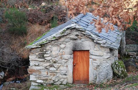 Construção rural de granito e lousa, em Fresulfe, Vinhais