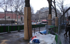 Obras em perspetiva? Protejam-se as árvores! Mas é Paris... Paris de França, Senhores. Cá ainda não chegou disto...