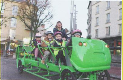 Esta lagarta é um autocarro-bicicleta de transporte escolar, bem verdinho como se quer numa lagarta da couve que se preza. Uma lição de mobilidade.